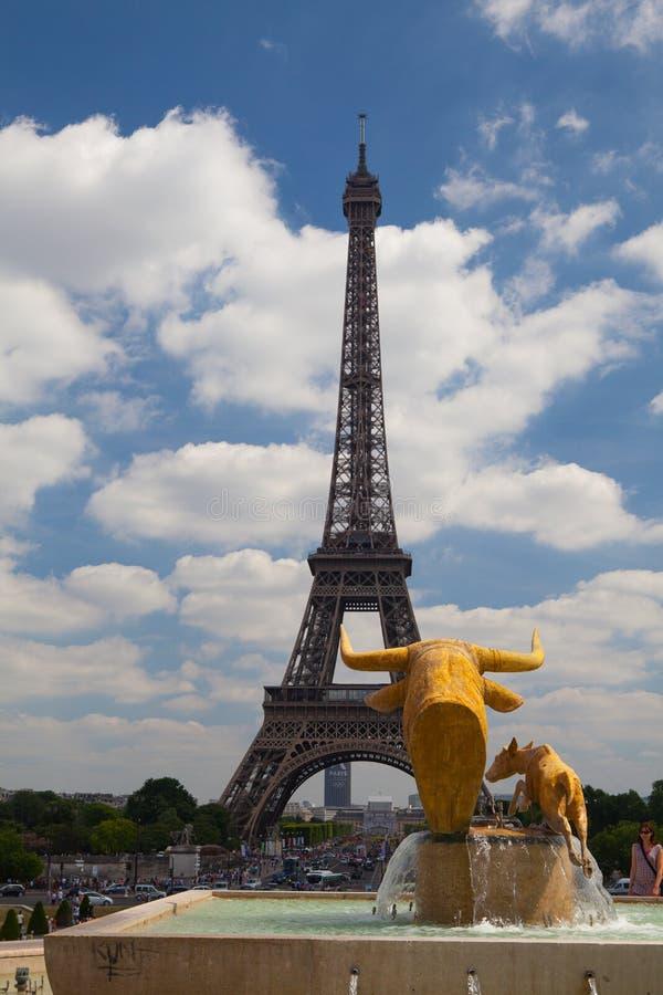 公牛的雕塑和Palais de Chaill的鹿前面 库存图片
