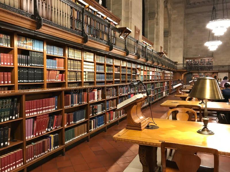 公立图书馆、书桌与灯和架子  库存照片
