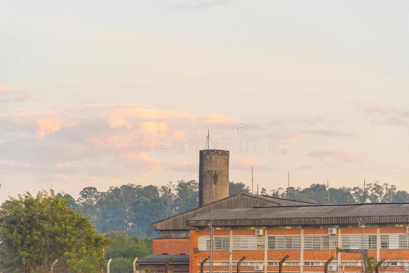 公立学校在巴西在黎明 库存照片