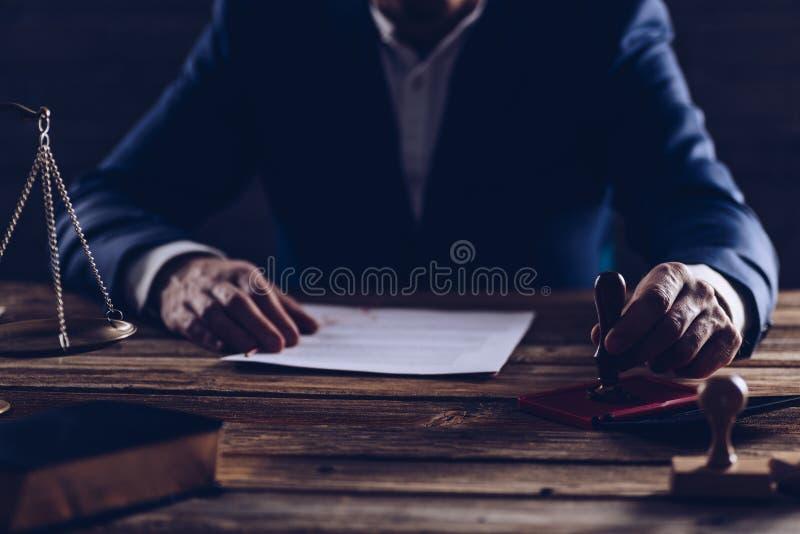 公证人或法官读书遗嘱 库存图片