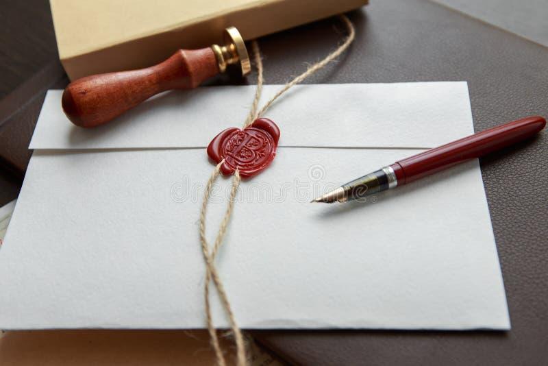 公证员` s公开笔和邮票在遗嘱和为时将 公证人工具 免版税库存照片