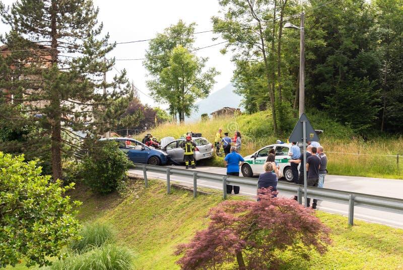 公路事故和趋向对车祸受害者的急救队员 免版税库存图片