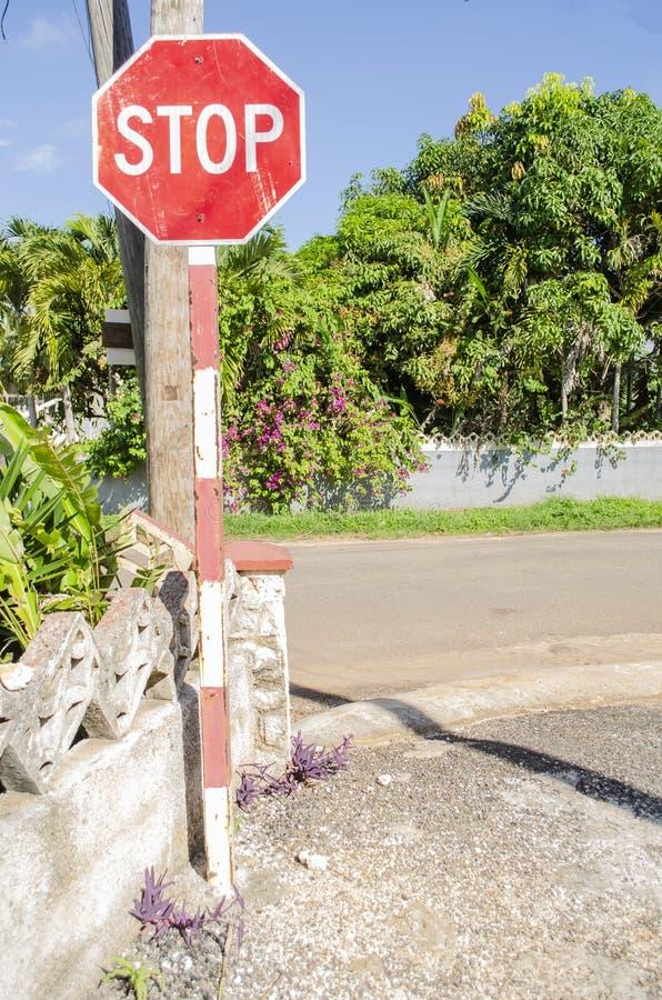 公路交叉点停车牌 库存照片