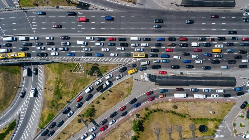 公路交叉点空中顶视图从上面,汽车交通和果酱,运输概念 免版税库存图片