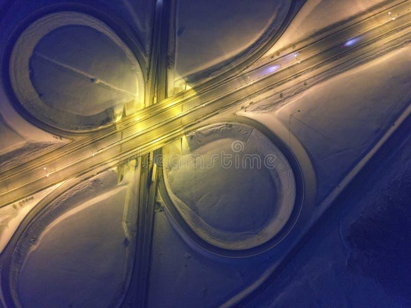 公路交叉点,冬天夜鸟瞰图在高速公路的 免版税库存照片