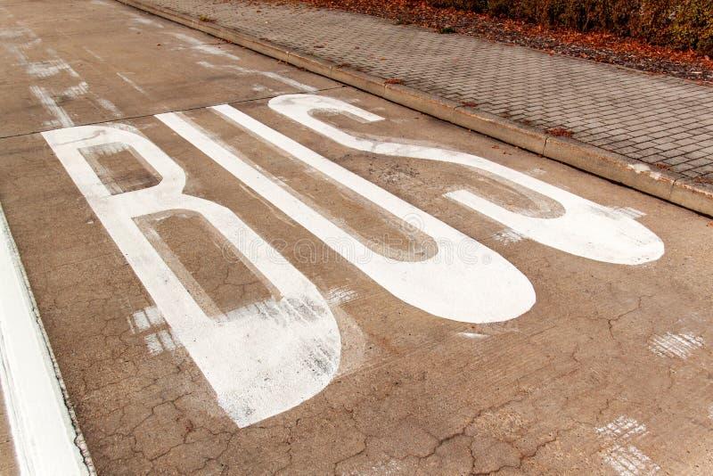 公车专道 在一条混凝土路的公共汽车标志 交通标志城市 库存照片