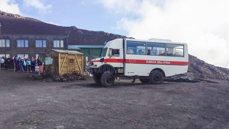 公车运送对Etna火山上面的津贴通入  库存图片