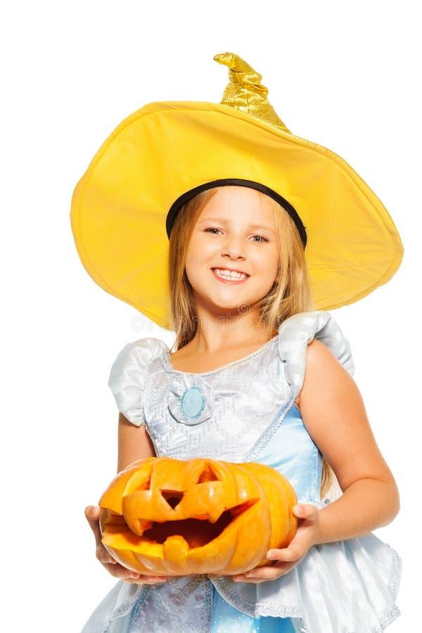 公主礼服的女孩用万圣夜南瓜 免版税库存照片