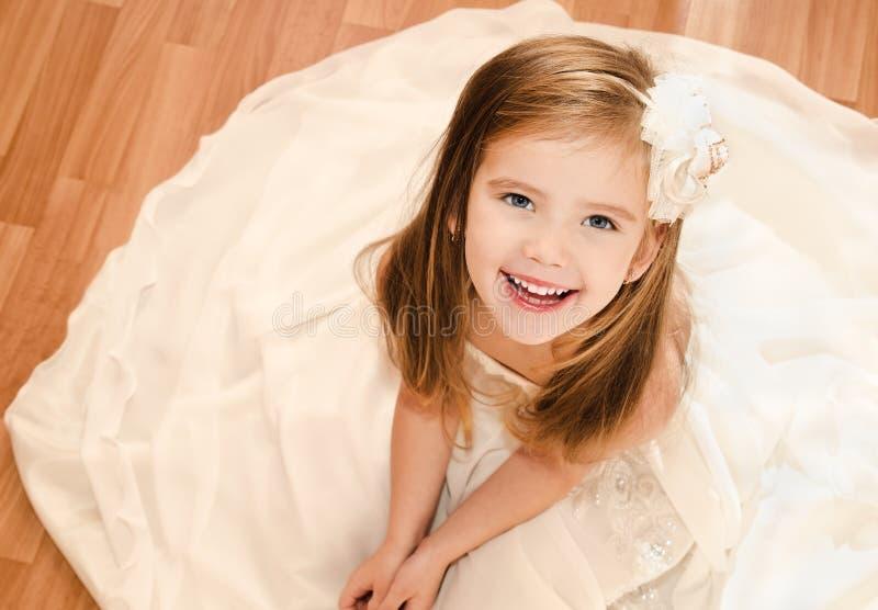 公主礼服的愉快的可爱的小女孩 库存图片