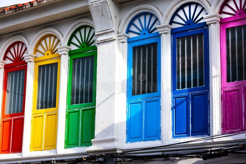 六个五颜六色的门或窗口外部在一个古老房子的门面 免版税库存照片