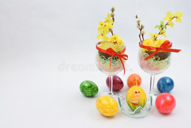 六个人为色的复活节彩蛋和两个酒杯 免版税库存照片