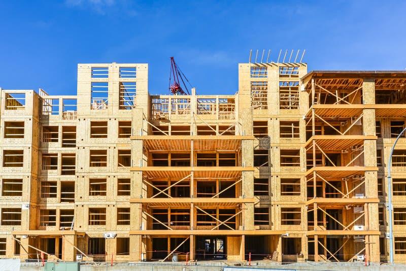 六个楼层构成建筑建设中在具体基座上 免版税图库摄影