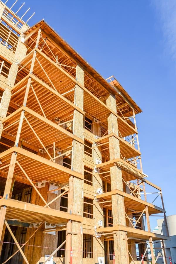 六个楼层构成建筑建设中在天空蔚蓝背景 库存照片
