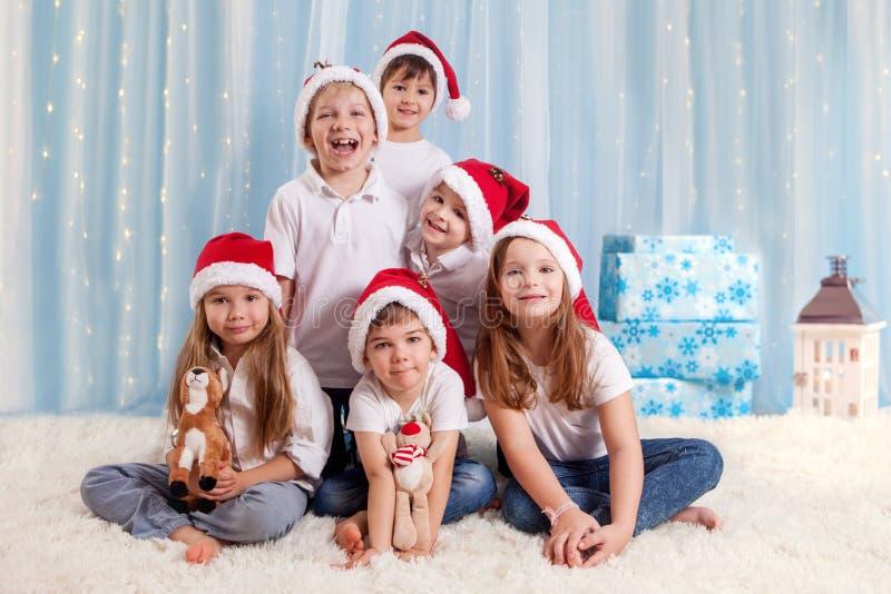 六个甜孩子,学龄前孩子,获得圣诞节的乐趣 库存图片