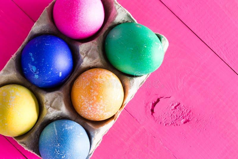 六只五颜六色的手装饰了复活节彩蛋 免版税库存照片