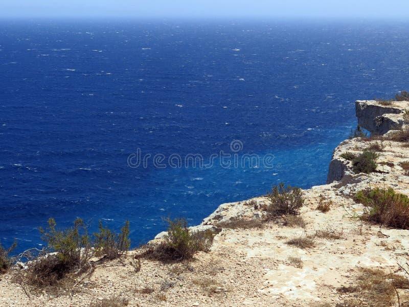 兰佩杜萨在有峭壁和蓝色海的意大利 免版税库存图片