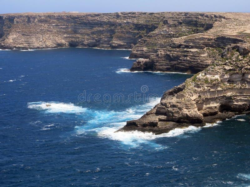 兰佩杜萨在有峭壁的意大利和清洗蓝色海 图库摄影