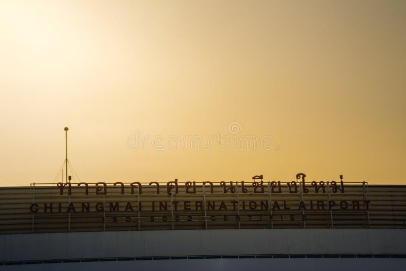 兰纳国内客运枢纽站大厦建筑学样式有在清迈国际机场的暮色天空背景, 库存照片
