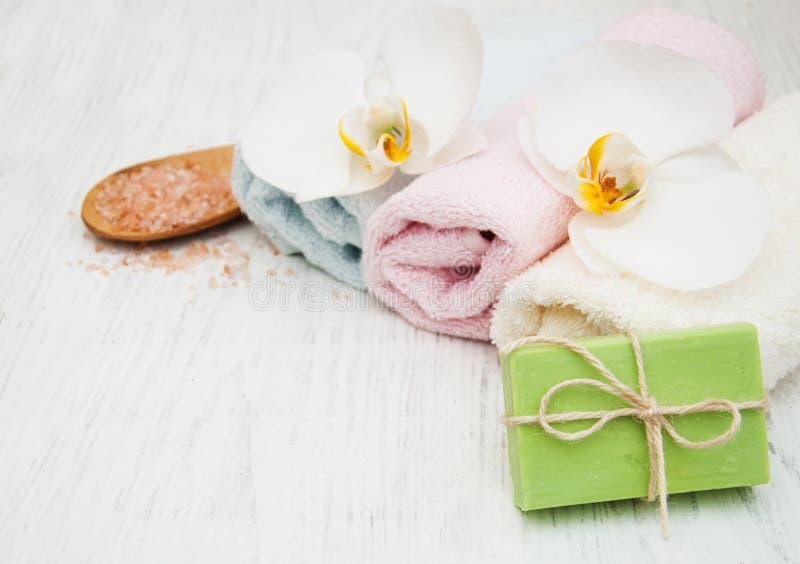 兰花、毛巾和手工制造肥皂 库存照片