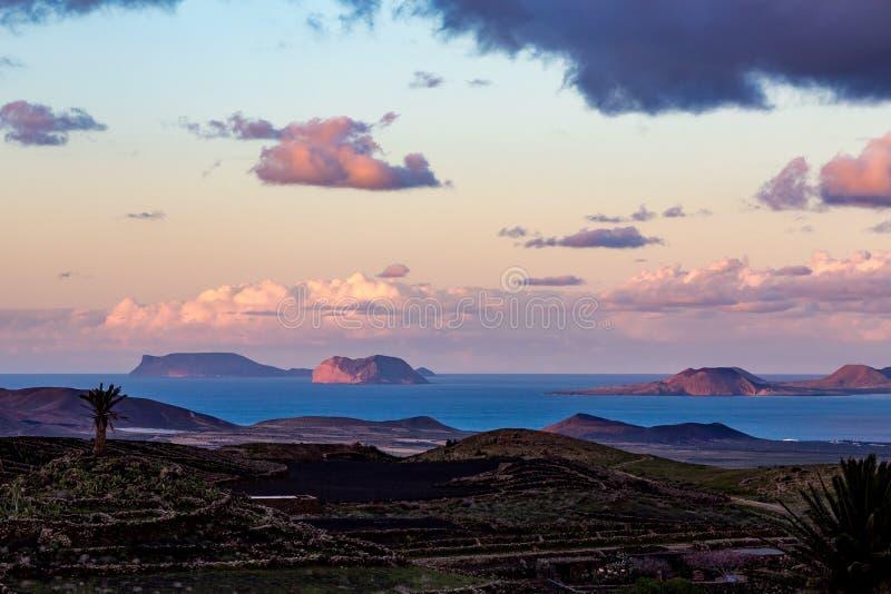 兰萨罗特岛高视图到在日落以后的海岛 库存照片