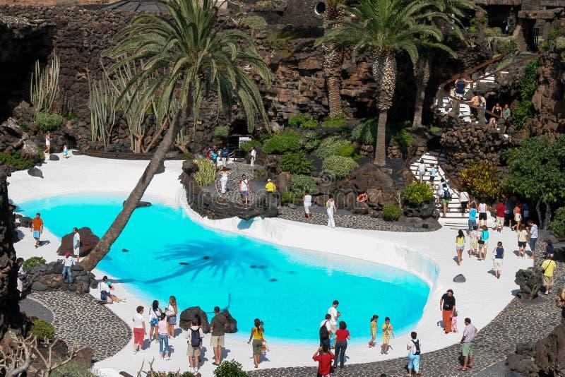 兰萨罗特岛,金丝雀ISLANDS/SPAIN - 8月9日:人走的roun 免版税库存图片