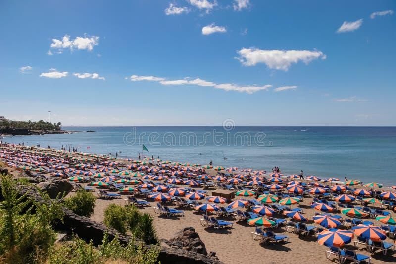 兰萨罗特岛,金丝雀ISLANDS/SPAIN - 7月30日:放松在a的人们 库存照片