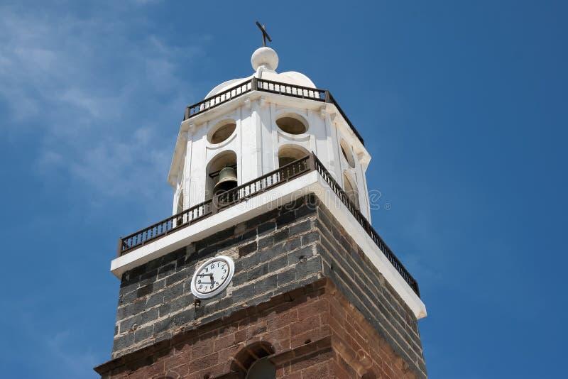 兰萨罗特岛,金丝雀ISLANDS/SPAIN - 8月9日:教堂钟塔我 免版税库存照片