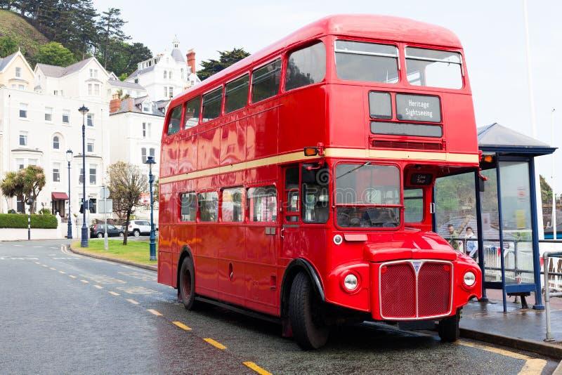 兰迪德诺,威尔士,英国- 2018年5月27日Londons红色双层汽车汽车在路停放了 在中止的公共汽车 旅游业和旅游t 免版税库存照片