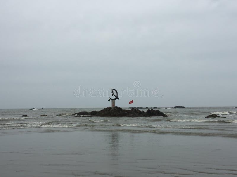 共产主义的被倒置的锤子和镰刀标志在离Kunoor的附近海岸  库存照片
