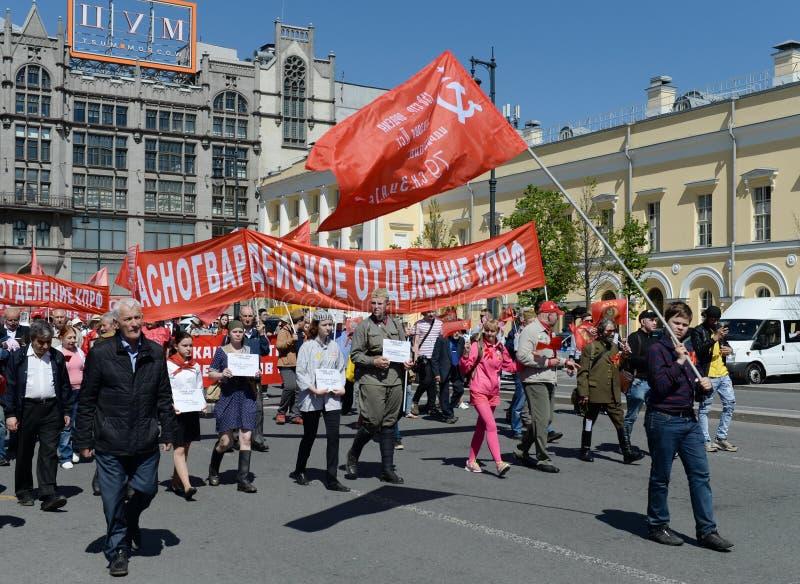 共党的专栏在莫斯科的中心在示范致力胜利天 免版税库存图片