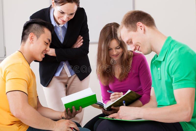 共同努力的学员 免版税库存照片