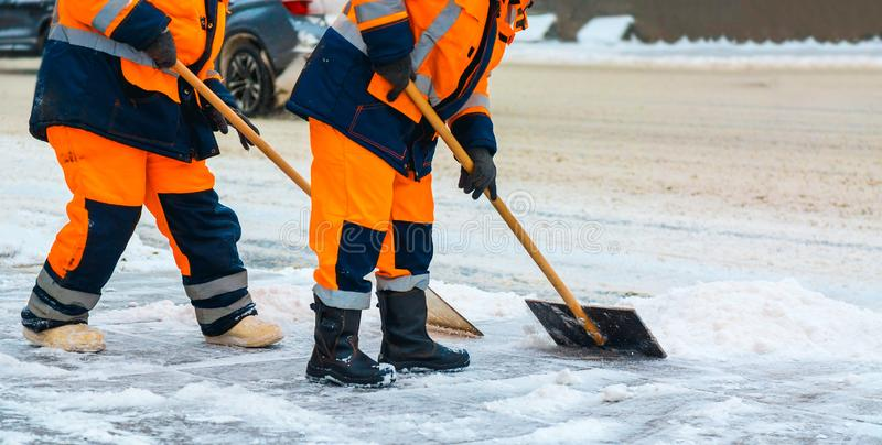 共同服务工作者在雪风暴以后清扫从路的雪在冬天、清洗的城市街道和路 莫斯科俄国 免版税图库摄影