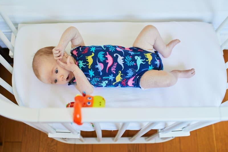 共同睡眠者小儿床的女婴 免版税库存照片