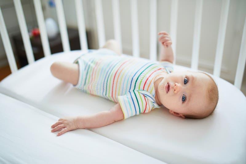 共同睡眠者小儿床的女婴 库存图片