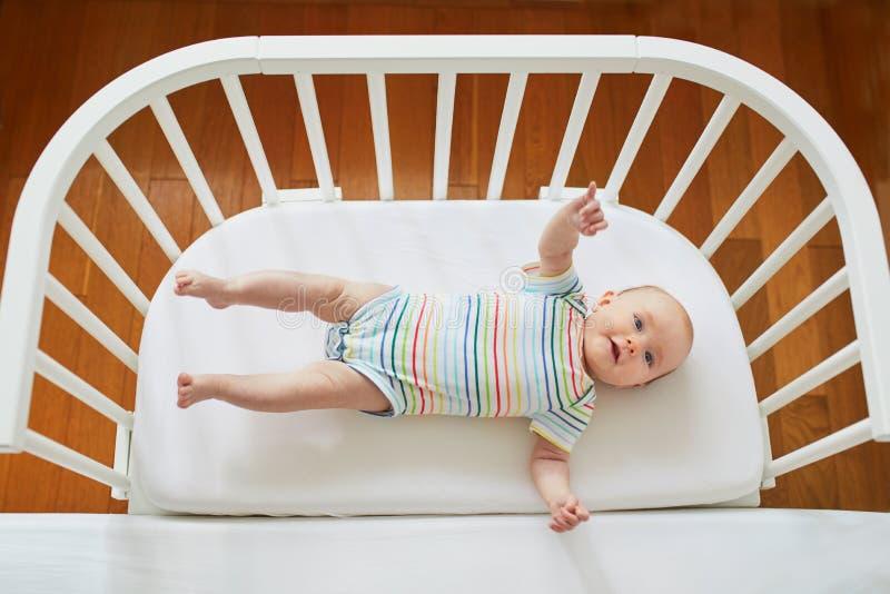 共同睡眠者小儿床的女婴 免版税库存图片