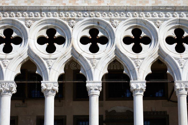 共和国总督宫殿大厦门面、专栏和发怒雕塑在威尼斯,意大利 免版税库存照片