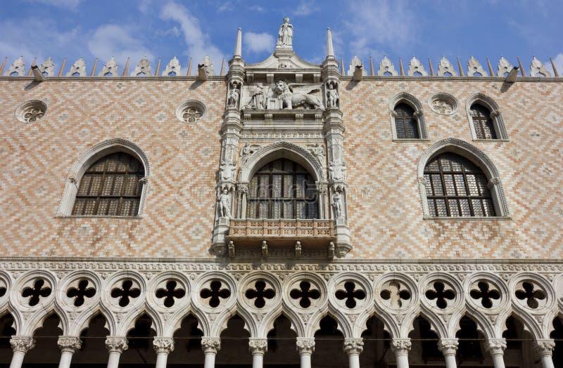 共和国总督的宫殿的门面的详细资料在威尼斯 免版税库存照片