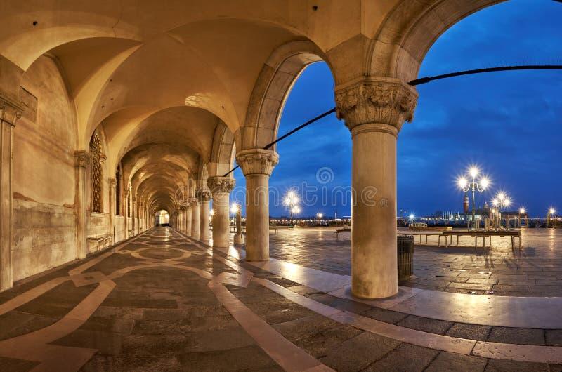 共和国总督` s宫殿圣马克古老曲拱在威尼斯,意大利摆正 免版税库存照片