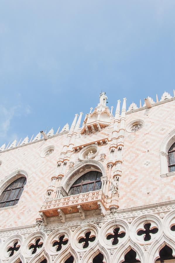 共和国总督` s宫殿的门面的细节在威尼斯 免版税库存图片