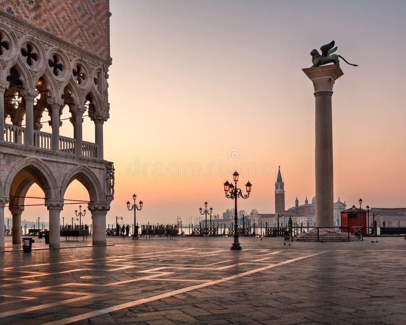 共和国总督宫殿在圣马克广场的Palazzo Ducale在日出, V 库存照片