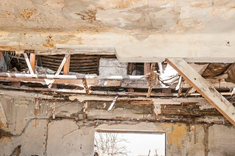 共计的倒塌的屋顶损坏了国内房子室内从自然灾害或浩劫 库存图片