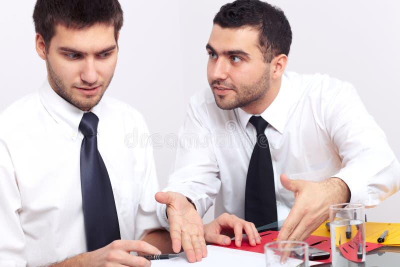 关于一些二争论生意人文件 免版税库存图片