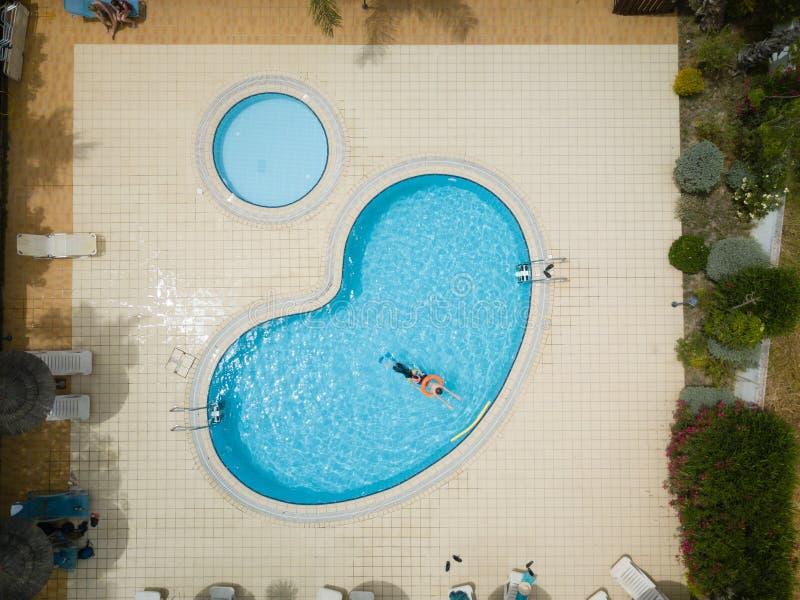 关于一美好,蓝色,室外游泳场的空中寄生虫图片有演奏的孩子 免版税图库摄影