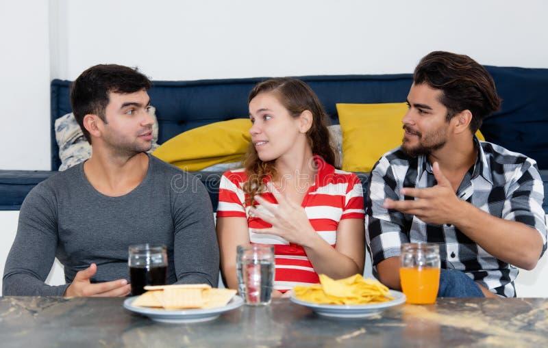 关于党的年轻成人拉丁和白种人人民的讨论 免版税库存照片