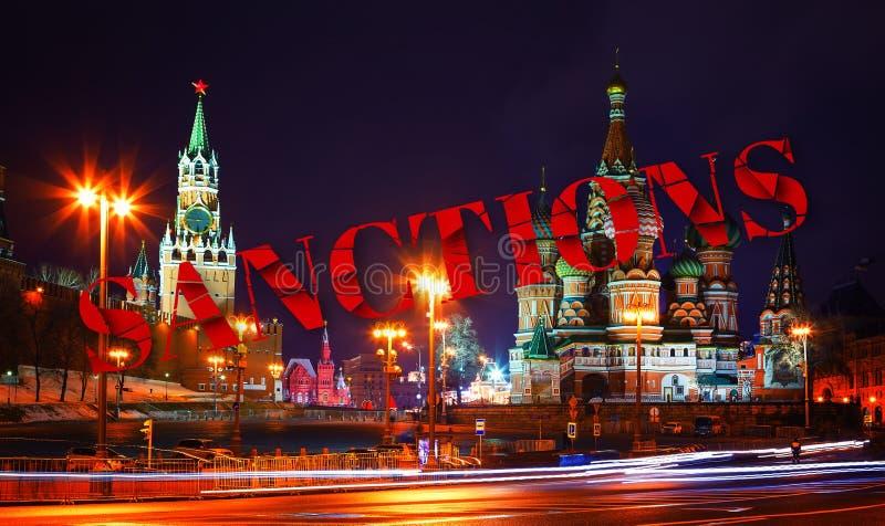 关于制裁的决定对俄罗斯 残破的文本 在克里姆林宫教会和塔的认可在晚上 从Bolshoi的看法 图库摄影