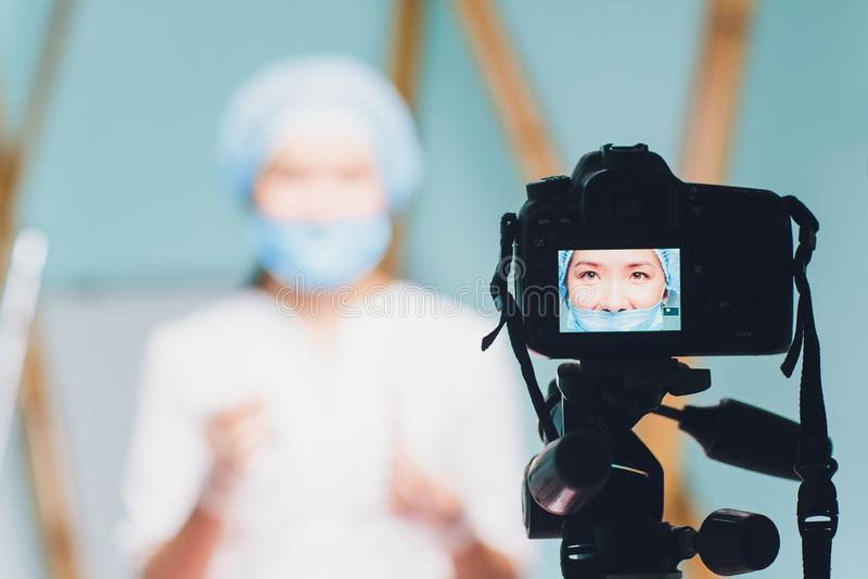 关于医学和医疗保健的快乐的美好的妇女医生录音vlog录影 免版税库存图片