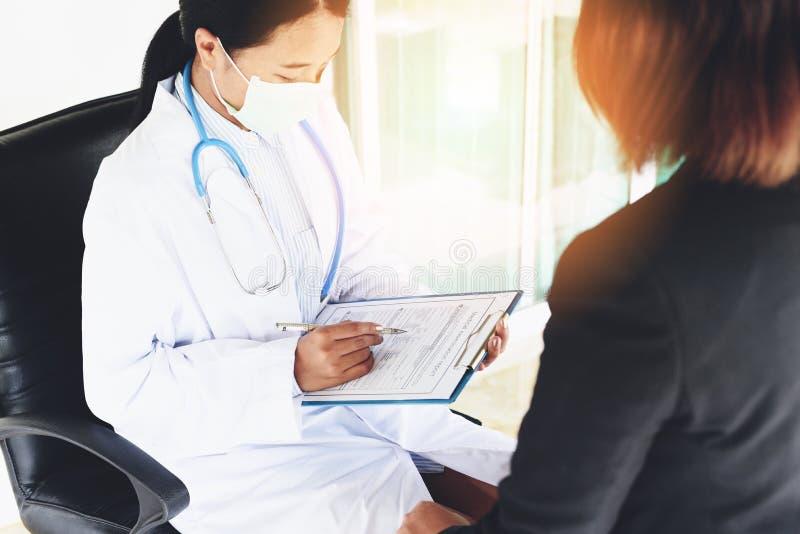 关于医疗记录-诊断的身体检查报告的医生妇女亚洲笔记在医院-医疗保健检查医师 库存图片