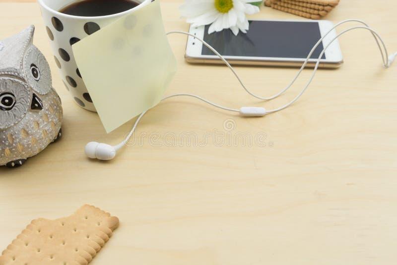 关于咖啡的空白的笔记和智能手机 库存照片