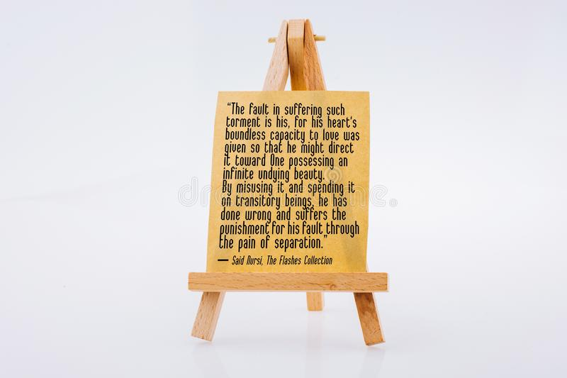 关于在一个绘的三脚架的布朗便条写的真正的神的爱的词 免版税库存图片