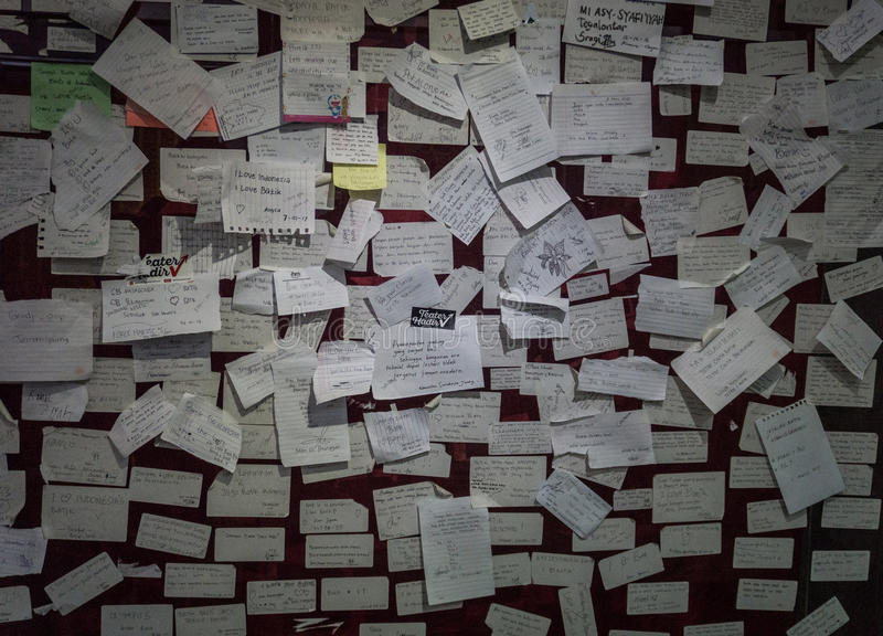 关于在蜡染布博物馆拍的墙壁照片的杂乱稠粘的笔记北加浪岸印度尼西亚 免版税库存图片